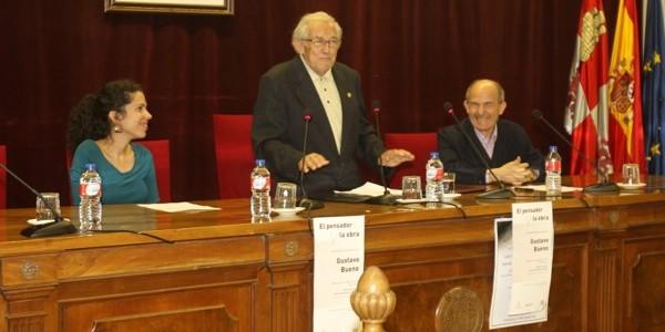 """Imagen de la conferencia de Gustavo Bueno """"El autor y su obra"""" en la USAL. En la fotografía también María Martín Gómez y José Luis Fuertes."""